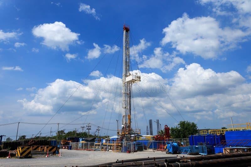 Land-Ölplattform im Yard lizenzfreie stockfotos
