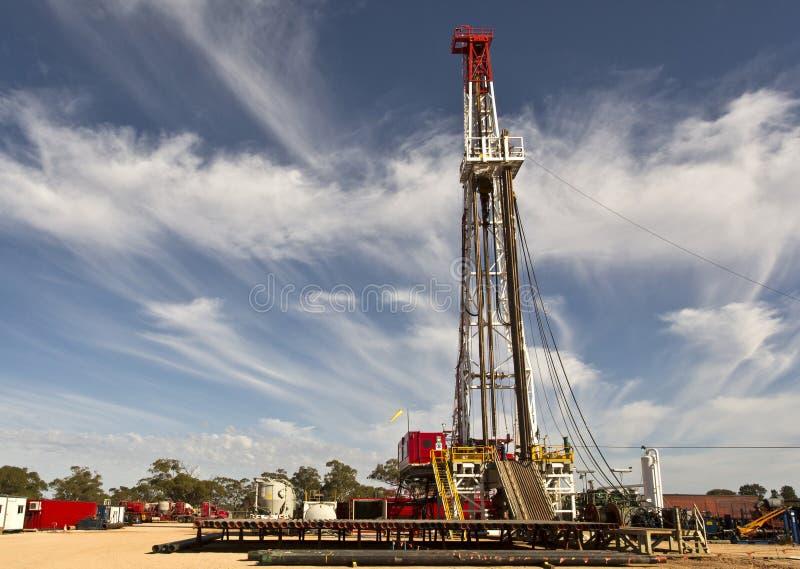 Land-Ölplattform und bewölkter Himmel stockbild