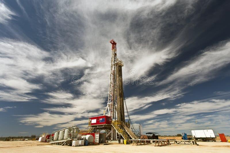Land-Ölplattform und bewölkter Himmel lizenzfreie stockbilder