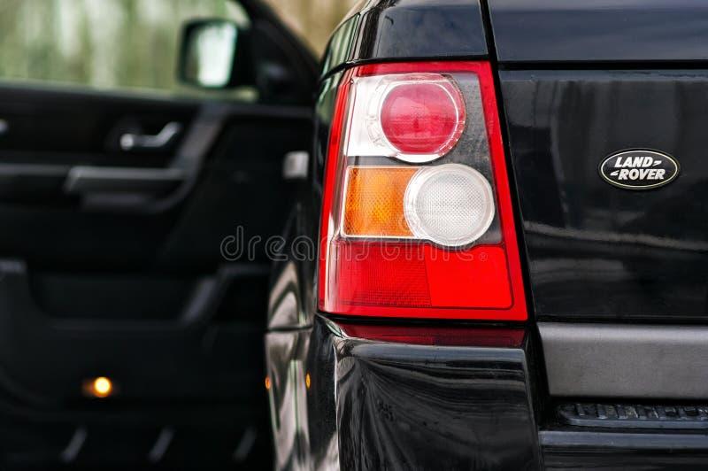 Land Aangejaagd Rover Range Rover Sport V8 De linker achterkoplamp van zwart SUV schoot close-up met geopende deur uit nadruk stock foto