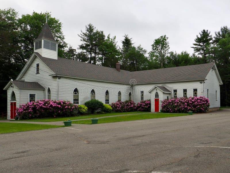 Land-Kirche mit Frühlings-Blumen stockbild