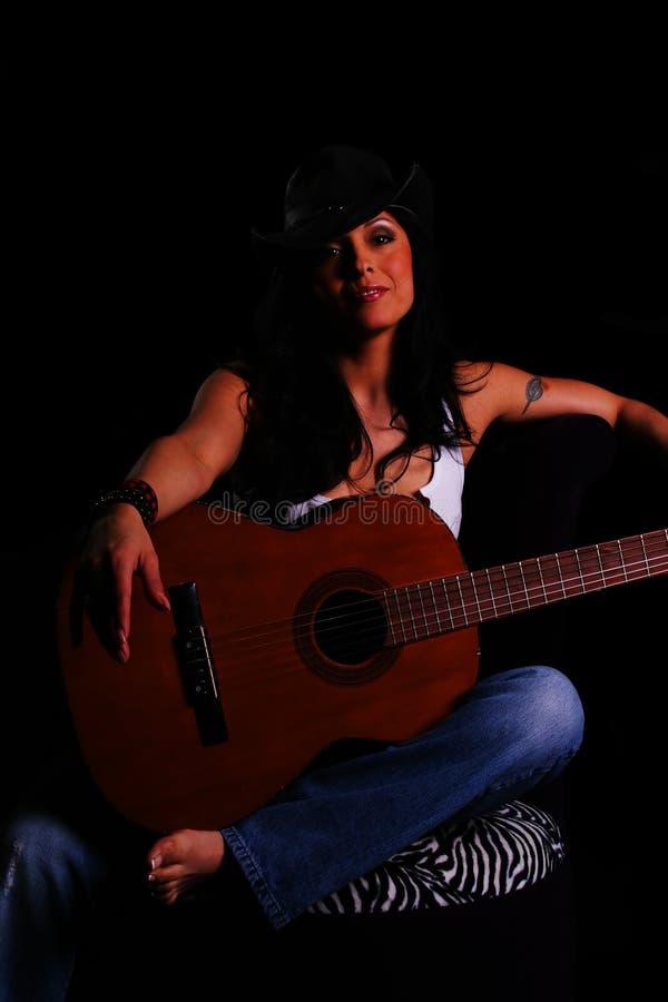Land-Mädchen-Holding-Gitarre lizenzfreies stockbild