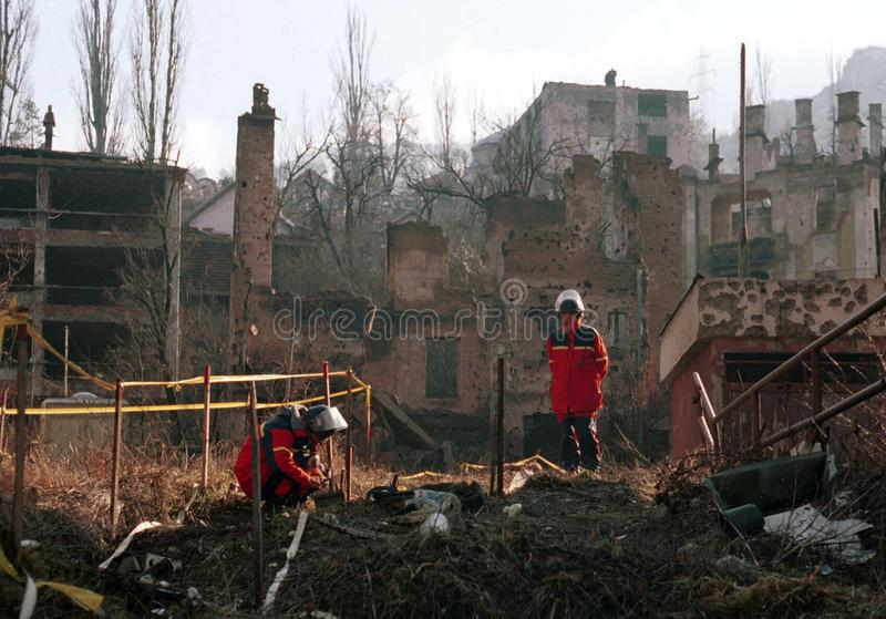 LAND MINE DE-ACTIVATION. SARAJEVO, BOSNIA, 02 OCTOBER 1998 - Norwiegan explosive experts remove land mines from a residential area of the Bosnian capital stock images