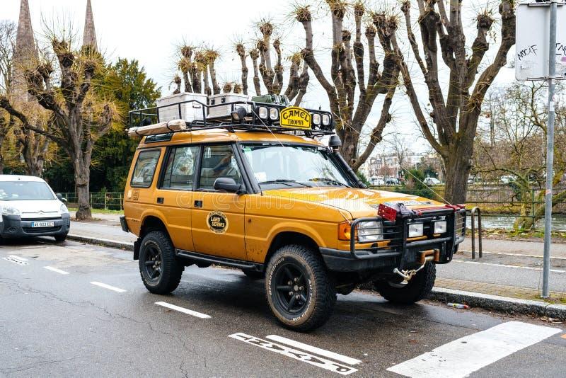 Land Rover Defender Camel Trophy met bagage op het dak stock foto