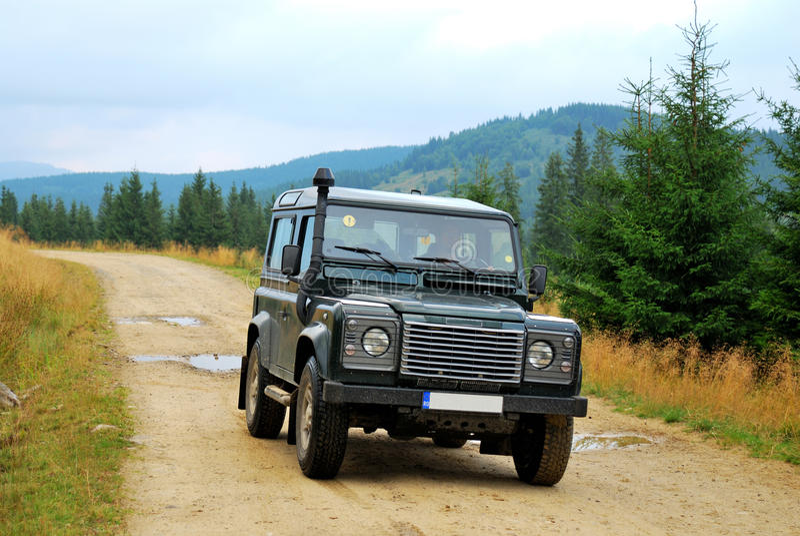Land rover, estrada unpaved imagens de stock