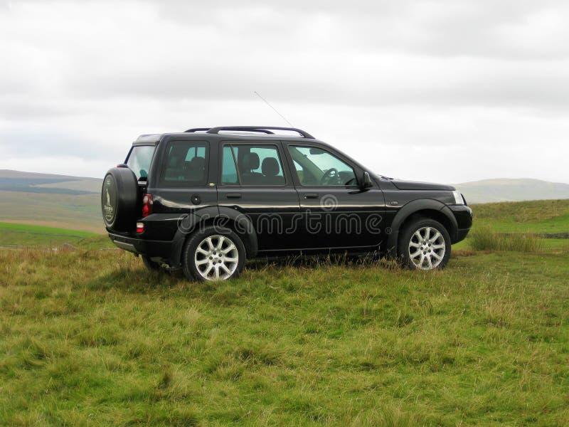 Land Rover Freelander в холмах 2 северного Йоркшира стоковое фото rf