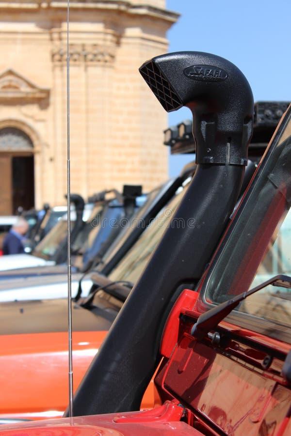Land rover fuori della chiesa di Mellieha, Malta immagini stock libere da diritti
