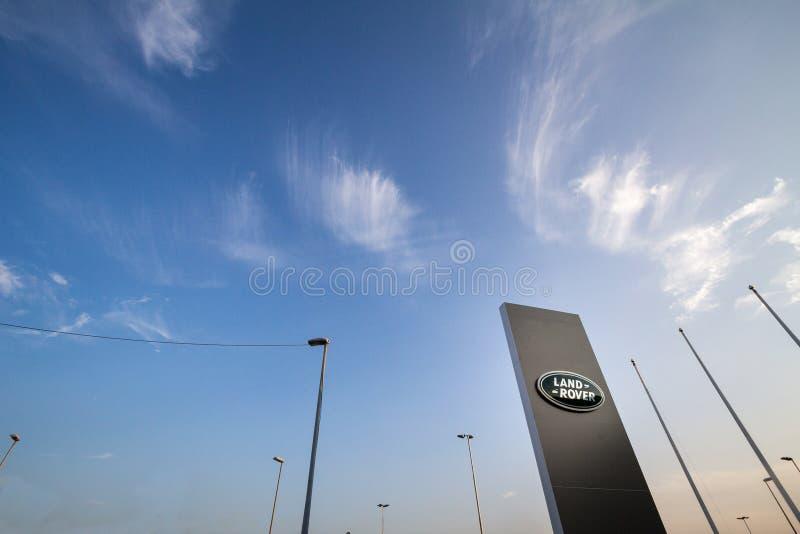 Land Rover logo na ich głównym przedstawicielstwo handlowe sklepie w Belgrade Land Rover jest Brytyjskim producentem samochodów obraz stock