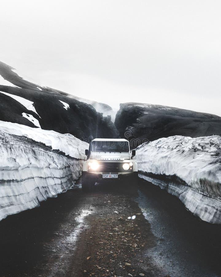 Land Rover skrzyżowanie Przez Szorstkiego terenu w Iceland fotografia stock