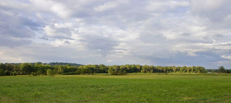 Land-Szene mit stürmischen Abend-Himmeln lizenzfreies stockfoto