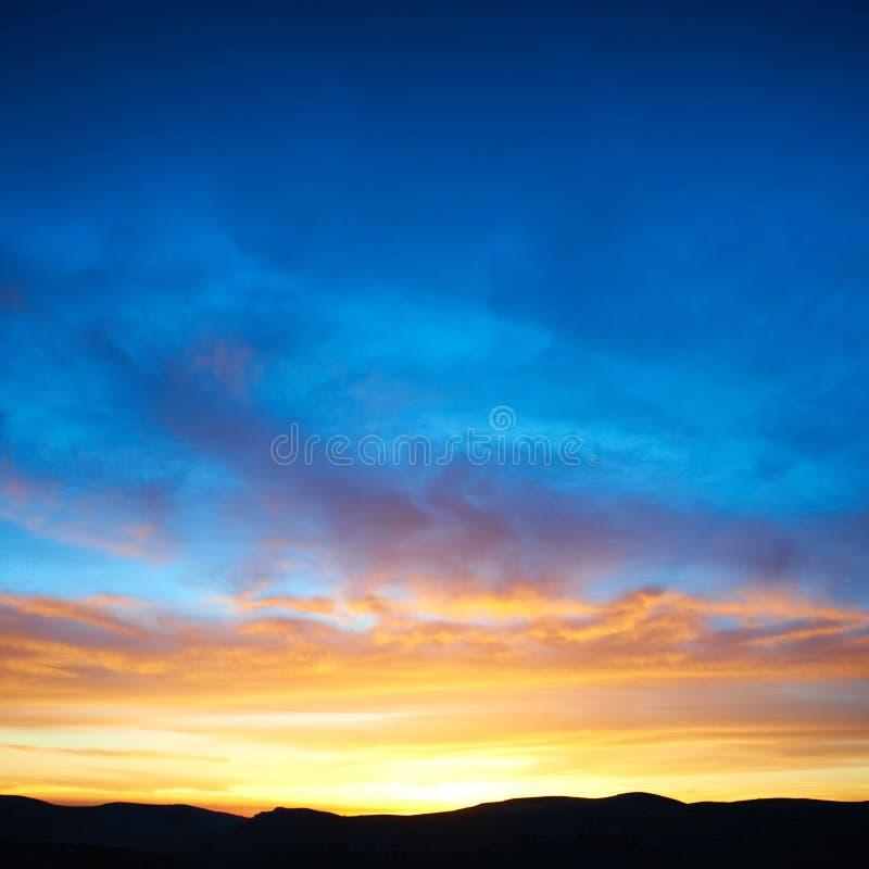 Land und drastischer Himmel stockfotos