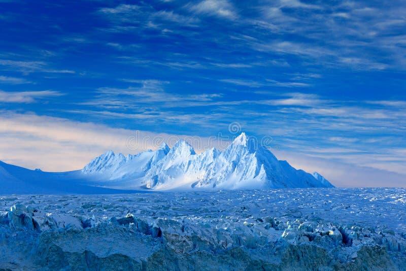 Land van ijs Het reizen in Noordpoolnoorwegen Witte sneeuwberg, blauwe gletsjer Svalbard, Noorwegen Ijs in oceaan Ijsberg in het  stock fotografie