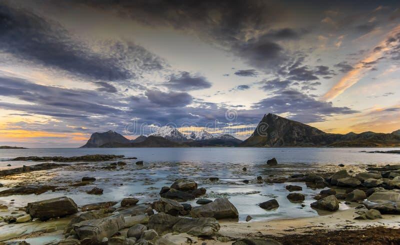 Land von Elfen Küsten- Landschaft von den Lofoten-Inseln, Nord-Norwegen lizenzfreies stockbild