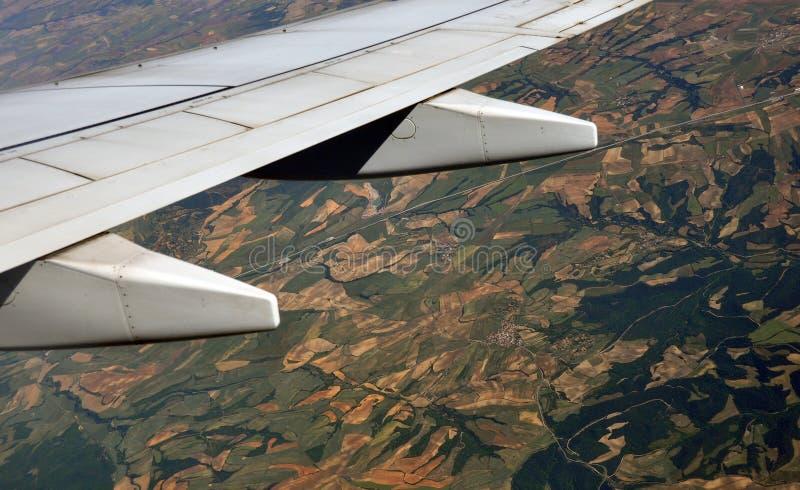 Land von unterhalb des Flügels einer Fläche stockbilder