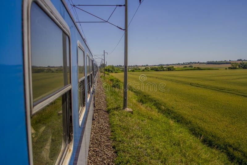 Land-Zug-Fahrt lizenzfreie stockbilder