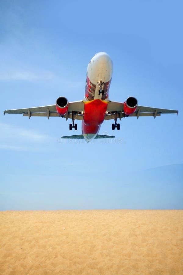 Landa passagerareflygplanet, loppbegrepp, sandfältstrand bredvid den internationella Phuket flygplatsen arkivbilder