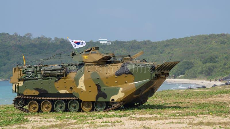 Landar det amfibiska medlet för anfall av Sydkorea på havskust under militärövning för multinationellt företag för kobraguld 2018 arkivbild