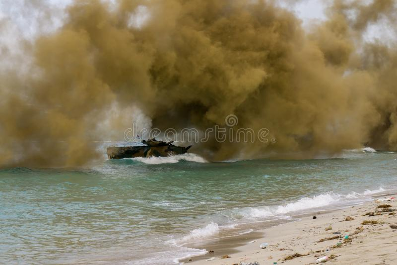 Landar det amfibiska medlet för anfall av Sydkorea på havskust under militärövning för multinationellt företag för kobraguld 2018 royaltyfri bild