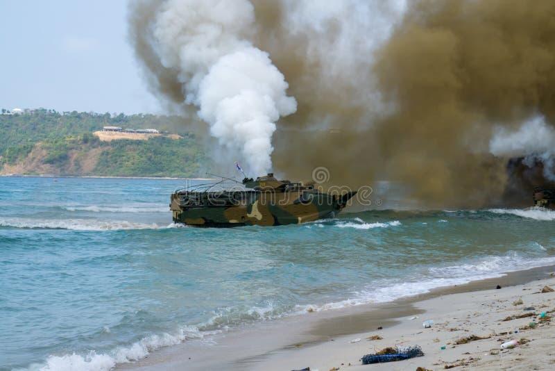 Landar det amfibiska medlet för anfall av Sydkorea på havskust under militärövning för multinationellt företag för kobraguld 2018 arkivfoto