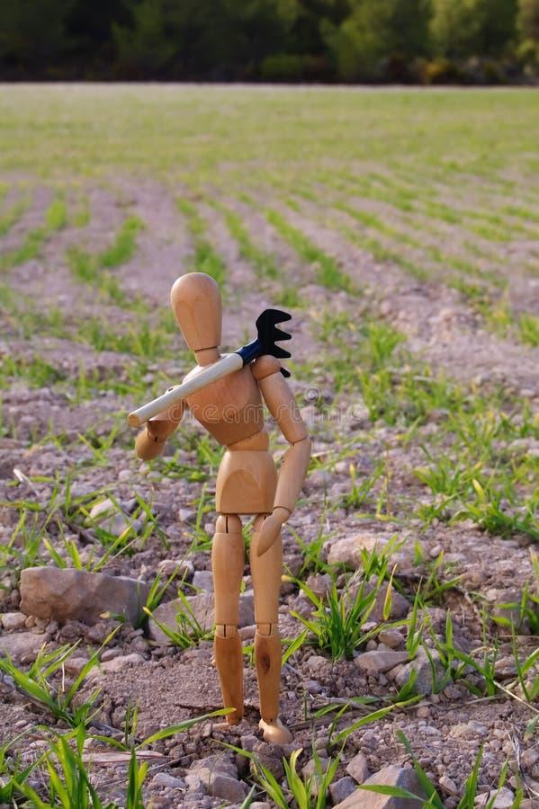 Landarbeiter auf einem Gebiet mit Rührstange stockfoto