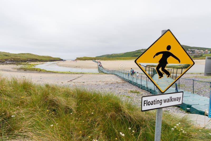 Landascapes da Irlanda Passagem de flutuação na praia de Barleycove foto de stock