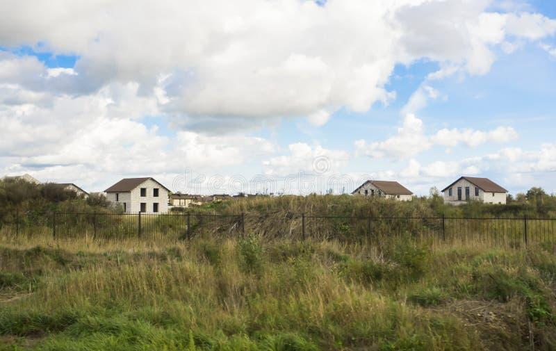 Landbau von Häuschen Unfertige Häuser im Dorf stockfotos