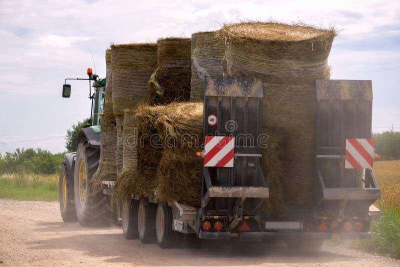 Landbouw oude machines die droge hooibalen vervoeren stock foto's