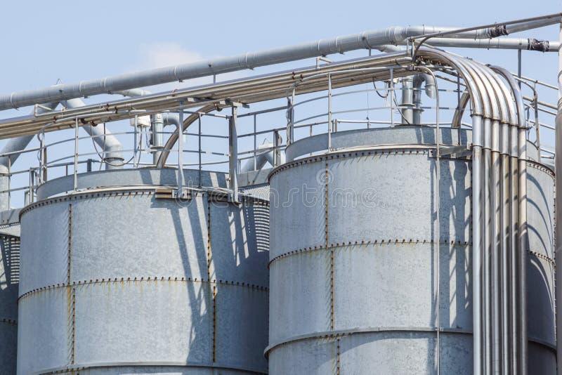 Landbouw silo's De Buitenkant van de bouw Opslag en het drogen van korrels, tarwe, graan, soja, zonnebloem tegen de blauwe hemel royalty-vrije stock afbeelding