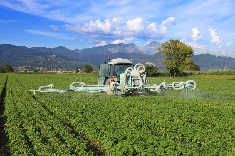 Landbouw, tractor en pesticide stock foto