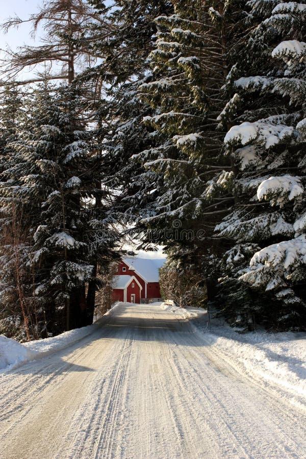 Landbouwbedrijf aan het eind van een SneeuwWeg royalty-vrije stock afbeeldingen