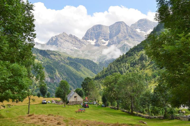 Landbouwbedrijf dichtbij Cirque DE Gavarnie Hautes-Pyrénées, Frankrijk royalty-vrije stock afbeeldingen