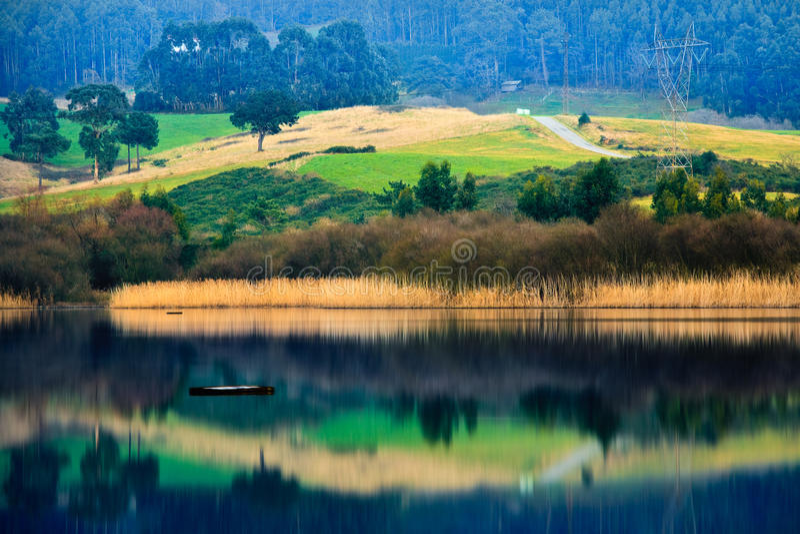 Landbouwbedrijf en rivier stock afbeelding