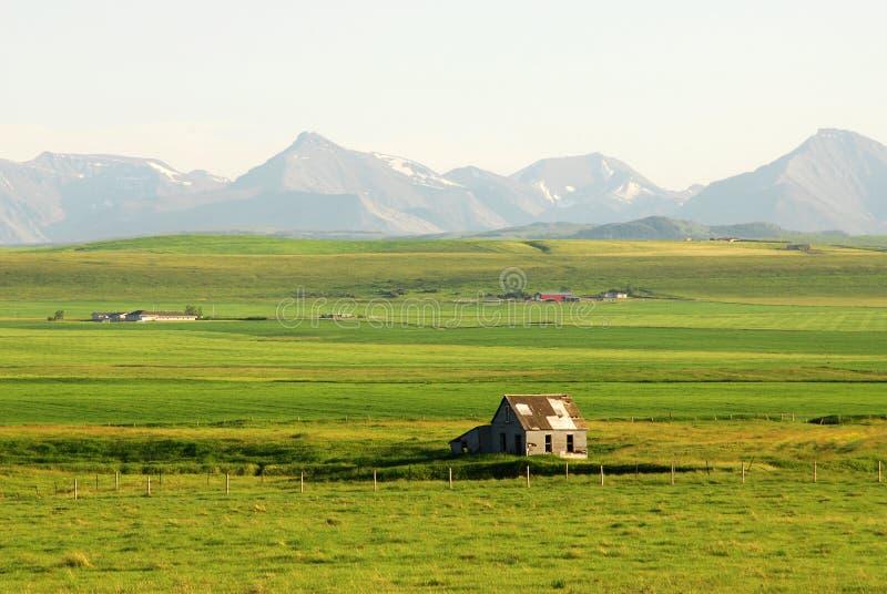 Landbouwbedrijf op prairie stock afbeeldingen