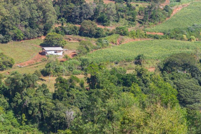 Landbouwbedrijf in Vallei en bergen in Nova Petropolis royalty-vrije stock foto