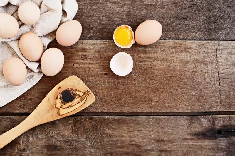 Landbouwbedrijf Verse Organische Eieren over Rustieke Achtergrond royalty-vrije stock foto's