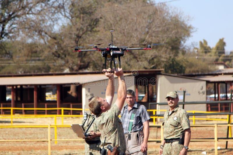 Landbouwbedrijfgemeenschap Veiligheid die hommel met camera tonen stock afbeelding