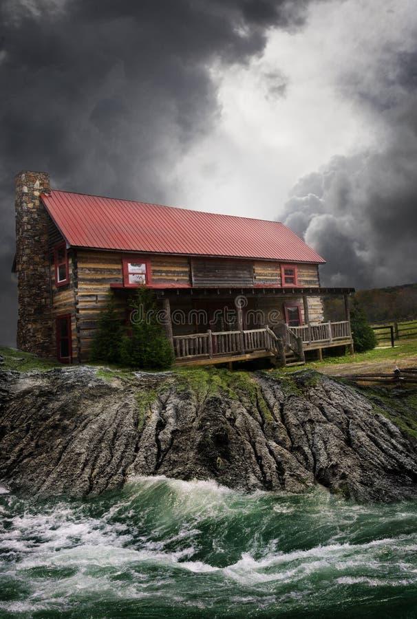 Landbouwbedrijfhuis door rivier te overstromen royalty-vrije stock foto