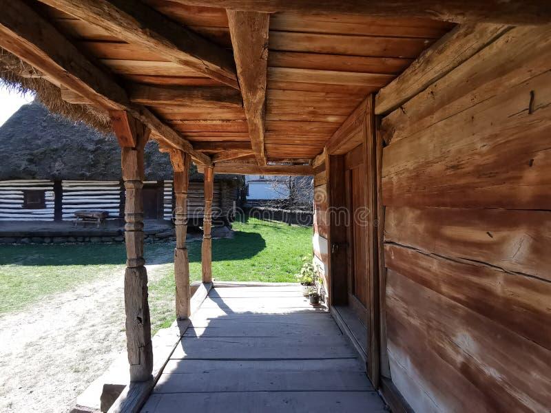Landbouwbedrijfhuis van oude houten stock foto's