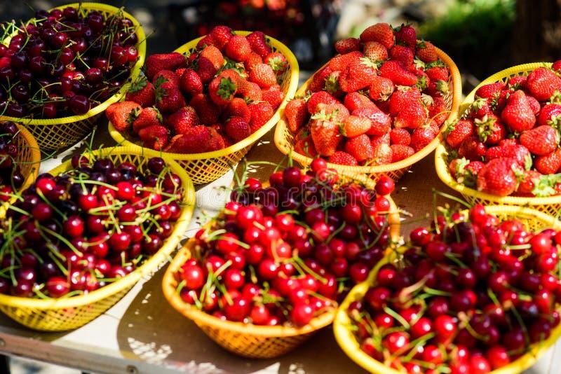 Landbouwbedrijfmarkt De Rode rijpe bessen van de de zomeroogst Sappige bessen van tuin Koop verse vruchten Organische Bessen Gezo stock foto