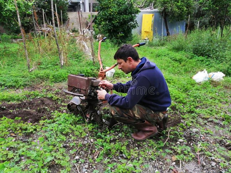 Landbouwer aan het werk die maagdelijke grond ploegen stock foto