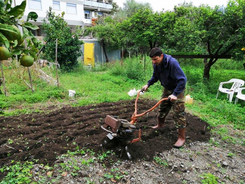Landbouwer aan het werk die maagdelijke grond ploegen stock foto's