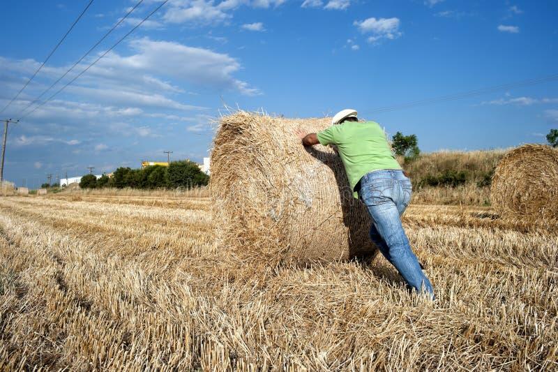 Landbouwer die bij zijn landbouwgrond werken royalty-vrije stock foto's
