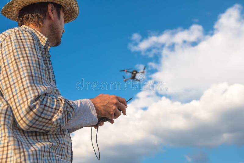 Landbouwer die hommelafstandsbediening met behulp van royalty-vrije stock foto