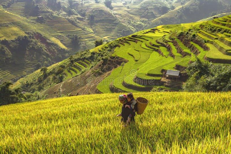 Landbouwer en dochter die uitgaan om in de ochtend, Vietname te doen royalty-vrije stock foto's