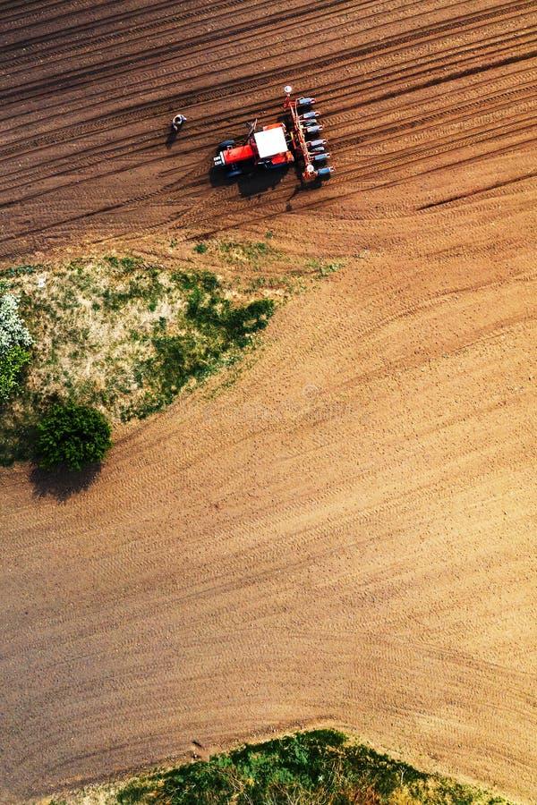 Landbouwer en tractor met zaaimachine van hommel POV royalty-vrije stock foto