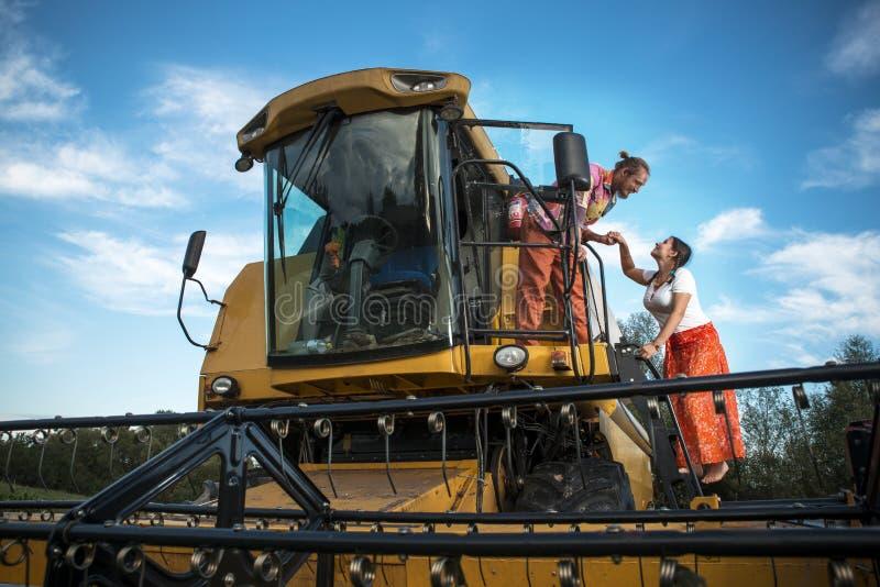 Landbouwer en zijn vrouw op tarwegebied stock afbeelding
