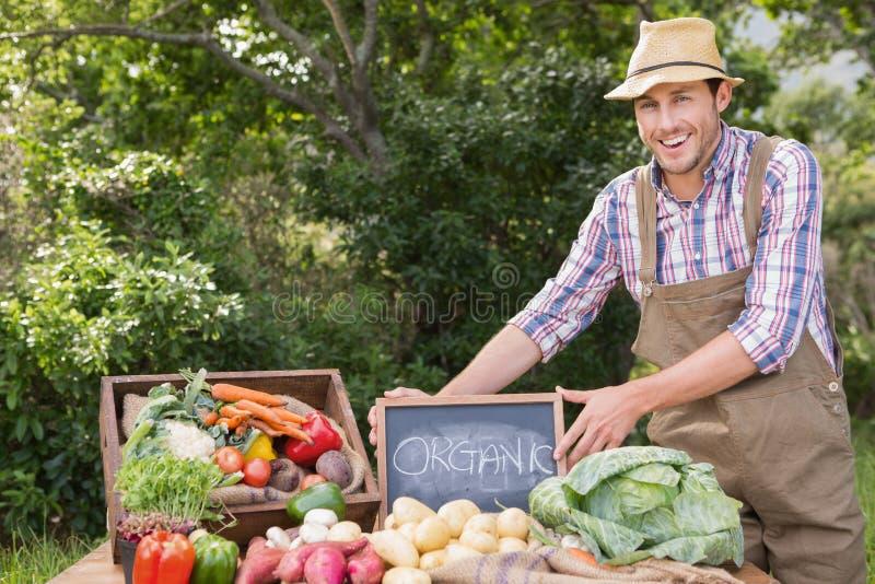 Landbouwer het verkopen organische veg bij markt royalty-vrije stock foto