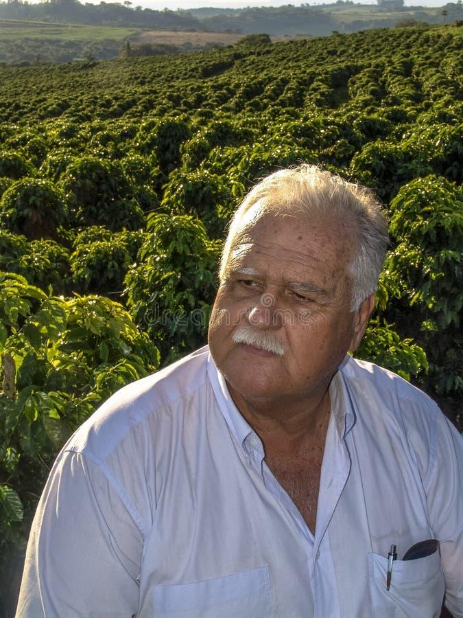 Landbouwer op koffiegebied royalty-vrije stock foto