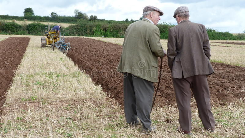 Landbouwers bij een ploegende gelijke stock foto