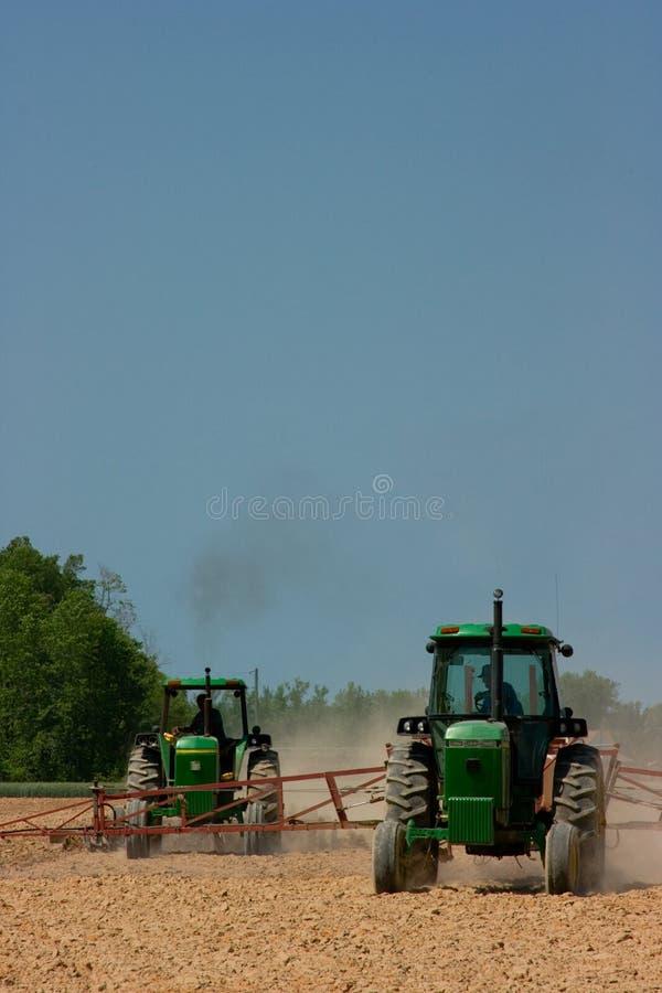Landbouwers die het gebied ploegen royalty-vrije stock afbeeldingen